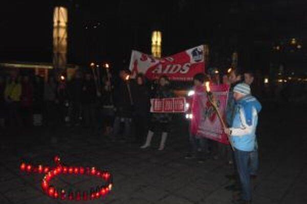 Pochod mestom vyvrcholil zapálením sviečok na uctenie pamiatky zosnulých na AIDS.