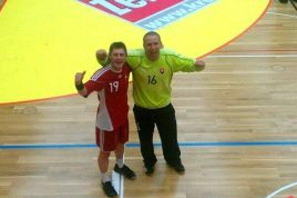 ladislav Kovačin (vpravo) s bývalým spoluhráčom z Pov. Bystrice Ďurišom v reprezentácii.