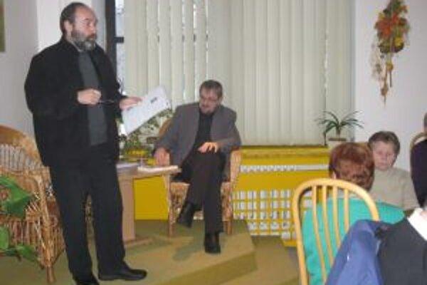 Autor Peter Mišák (v úzadí) počas prezentácie svojej knihy.