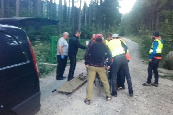 Horskí záchranári pri transporte Jánovho tela.