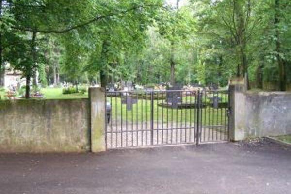 Na Jahodníckom cintoríne má pribudnúť osvetlenie a chodníky.