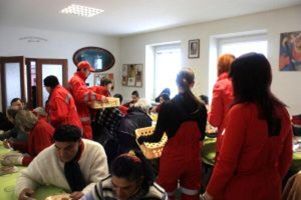 Ľudí bez domova počas Veľkej noci podporil Slovenský červený kríž.