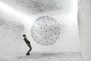 Touto veľkou lietajúcou loptou od Kariny Bobinskej sa bude dať kresliť po stene galérie Lab v Bratislave.