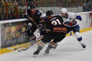 Prvé hokejové zemplínske derby v tejto sezóne ovládli hráči Michaloviec.