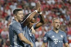 Stredopoliar Bayernu Mníchov Renato Sanches (v strede) po strelenom góle Benfice Lisabon.