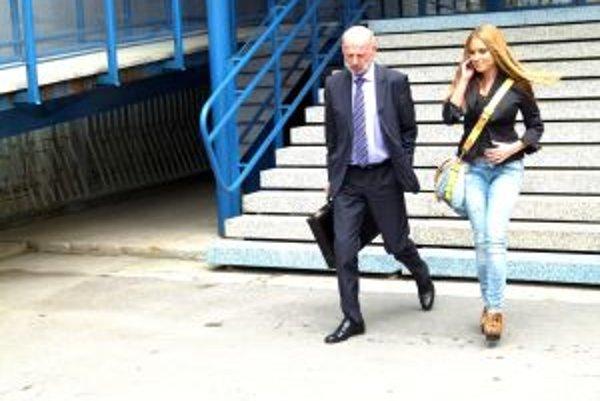 Erika Judínyová vychádza po súdnom pojednávaní v sprievode svojho právnika.