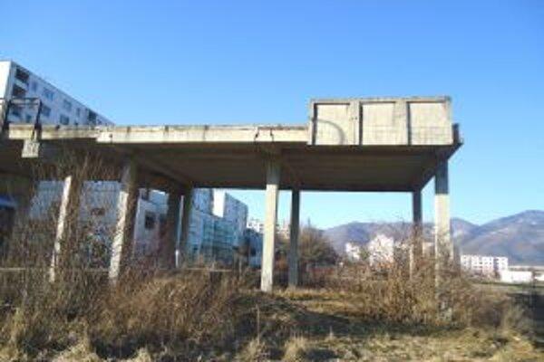 Most mal pôvodne slúžiť ako spojnica pre bezbariérový prístup do školy.