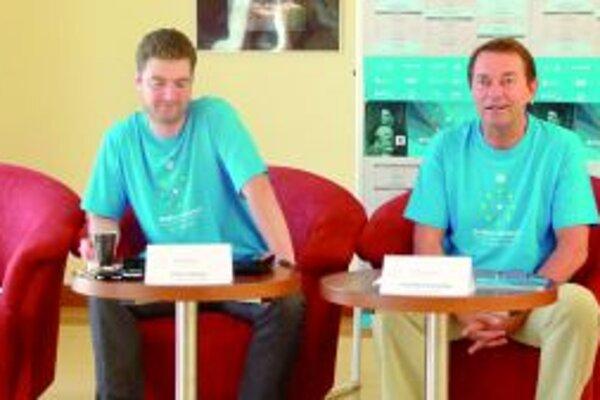 Riaditeľ SKD František Výrostko (vpravo) informuje o programe Dotykov a spojení 2013.