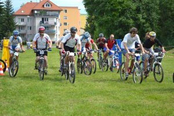 Muži na štarte si idú zmerať sily v cyklistike.