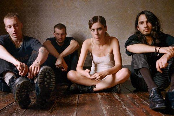 Wolf Alice vzniklo najprv ako duo, založil ho gitarista Joff Odie a speváčka Ellie Roswellová.