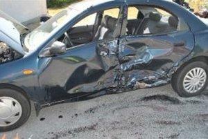 Motocykel do auta narazil zboku.