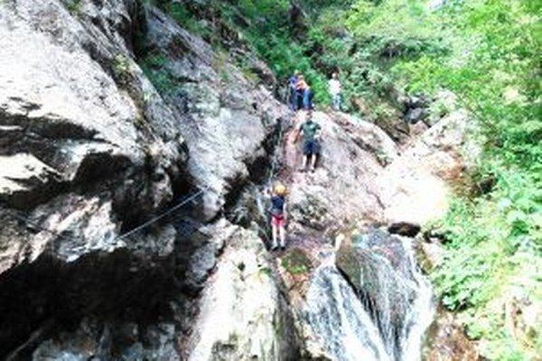 Ferratový chodník na Martinské hole vedie skalnatým terénom.
