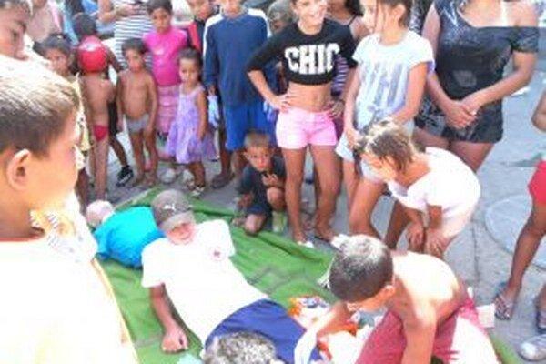 Rómovia sa učili poskytovať prvú pomoc.