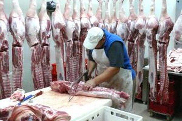 Rozrábka. Bravčové mäso sa do Sklabine dováža zo Záhoria.