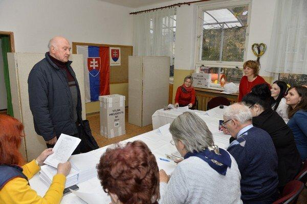 Voľby prezidenta sa začali o 7. h ráno, potrvajú do 22 h.