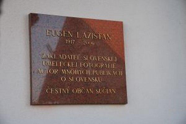 Pamätnou tabuľou si obec uctila E. Lazišťana.