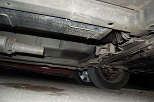 Z podvozkov áut mizli katalyzátory.