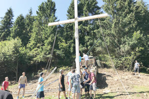 S osádzaním kríža pomáhali mnohí dobrovoľníci z dediny.