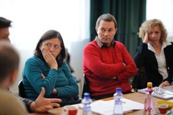 Zuzana Kronerová a jej kolegovia z martinského divadla pri štúdiu postáv novej hry.