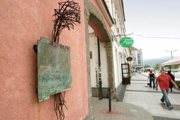 Pamätná tabuľa Jozefovi Levákovi v blízkosti miesta, kde zahynul pod kolesami okupačného tanku.