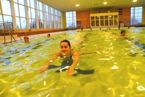 Poobede je prázdna. Ľudia sú v práci, no keď prídu, bazén je plný.