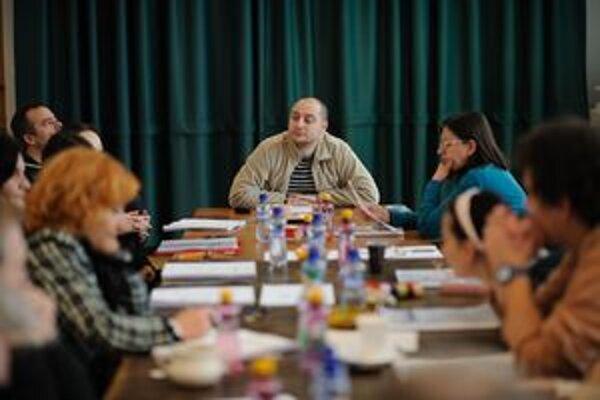 Režisér počas študovania hry s hercami.