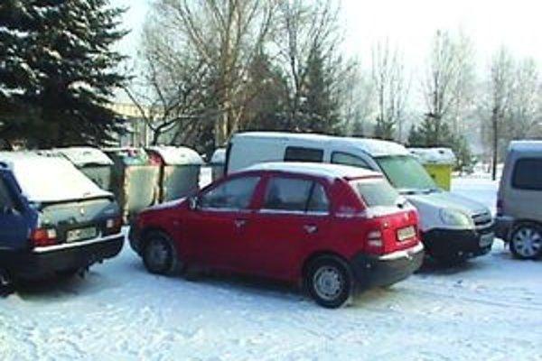 Nedisciplinovaní vodiči často odstavia svoje autá v blízkosti kontajnerov.