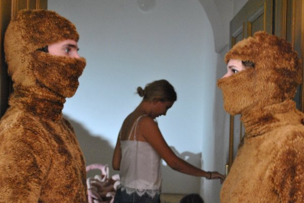 Výstava Kým nás ... nerozdelí poukazuje na problematiku ľudských vzťahov.