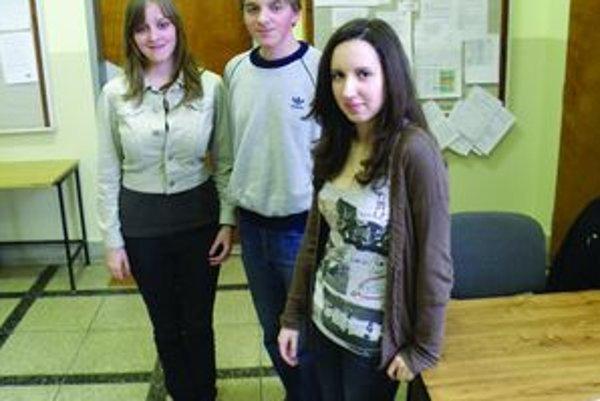 Úspešní študenti Gymnázia Viliama Paulínyho – Tótha v Martine (vľavo Stanislava Debnárová, v strede Pavol Debnár, vpravo Natália Cedzová).
