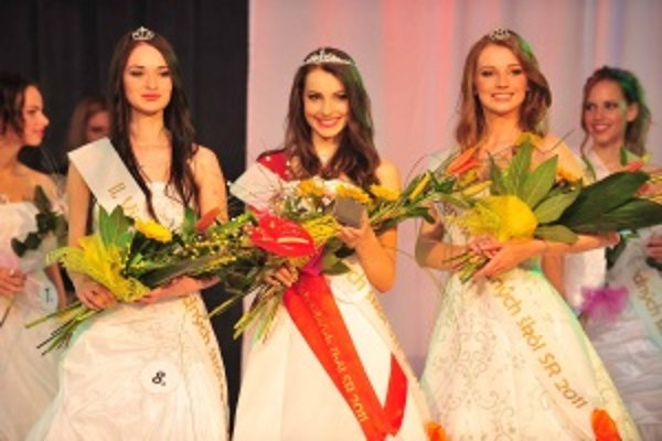 Víťazná trojica - titul Miss stredných škôl SR získala Simona Kurčinová z Babína, prvou vicemiss sa stala Miroslava Dobránska z Košíc a druhou vicemiss Renáta Buchová z Nitry.