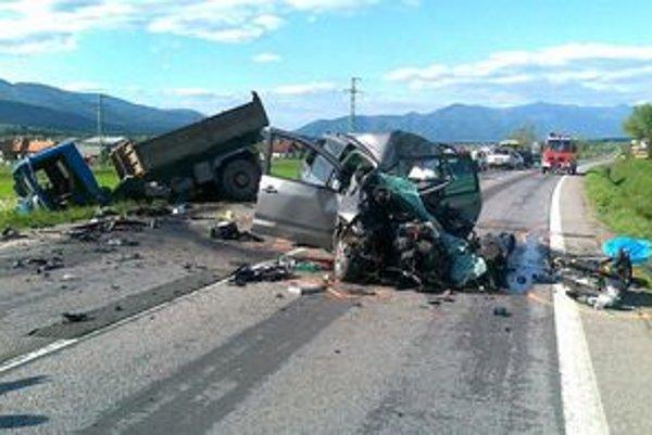 Pri nehode zomrel 51-ročný Čech, 53-ročný Žabokrečan skončil so zlomeným predlaktím.