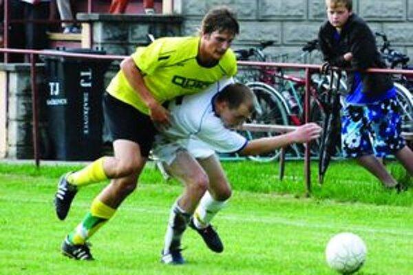 Súpera nešetrili. Zverenci trénera Šimka (v žltom) zaskočili koleníkovcov dôraznou hrou.