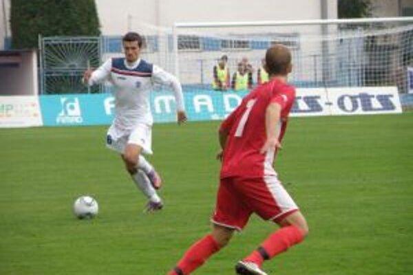 Dubničan Ižvolt (v bielom) bol v prvom polčase ústrednou postavou zápasu a dal aj prvý gól.