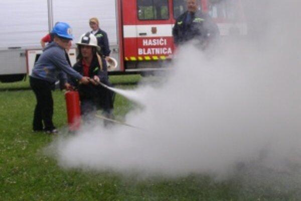 Malý záchranár. Hasenie požiaru mali možnosť si vyskúšať aj deti.