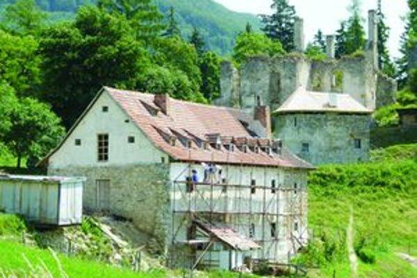 Vzhľad sa zlepšuje. Castrum Sclabana renovuje hrad, bývalý kastelán Michal Svateník zas hospodársku budovu pod ním.