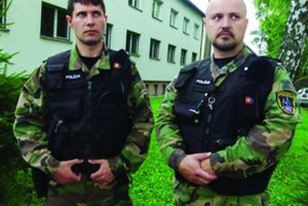 Záchrancovia Marián Gíret a Milan Šútovský z pohotovostnej motorizovanej jednotky v Sučanoch zachránili dva životy.