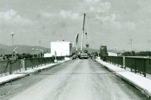 Mosta a v pozadí výstavba malej vodnej elektrárne.