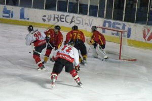 Lipták (v bielom 39) dal jediný gól Pov. Bystrice proti Topoľčanom.