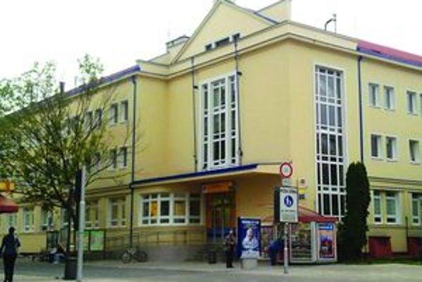 Hlavná je priďalekoObyvatelia sídlisk by prijali, keby bola pošta k nim bližšie. Slovenská pošta však na zriadenie a prevádzku nových pobočiek nemá peniaze.