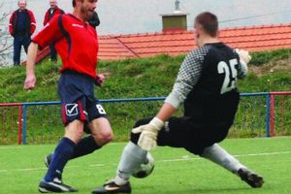 Pred tretím gólom. Zo súboja Čuba – Letrik vyšiel víťazne kapitán Vrútočanov. Brankár ho fauloval a nasledovala jedenástka, ktorú potom premenil Rohoň.