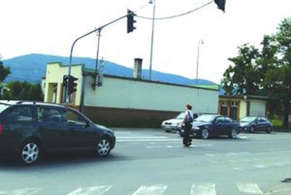 Chodci tiež nemožu ohroziť účastníkov cestnej premávky svojim nepredvídateľným správaním.