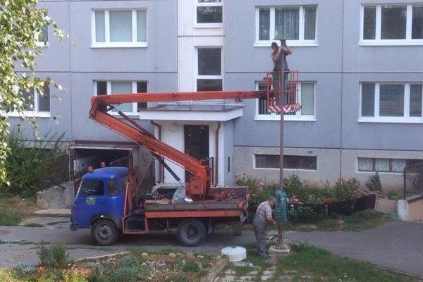 Nové svietidlá na starých stožiaroch. Modernizácia verejného osvetlenia na Hájiku sa robí polovičato.