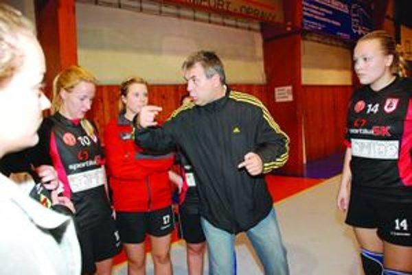 Tréner Dušan Barborík, aby si porozumel s nórskymi hráčkami, začal chodiť aj na angličtinu.