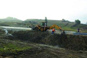 V súčasnosti cestári pracujú na odvodnení svahu.