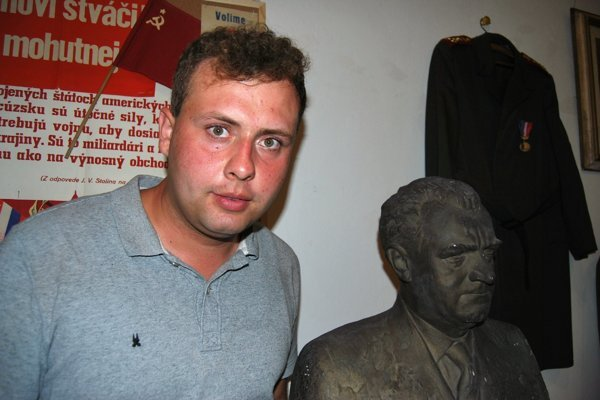 Zberateľ predmetov zčias socializmu Filip Poledovič.
