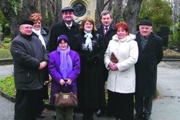 Turčianska delegácia v Prahe pred hrobom Jána Kollára.