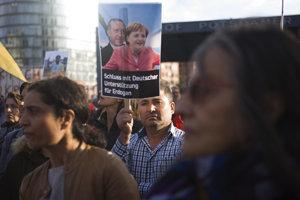 Tisíce ľudí protestovali v Berlíne proti Erdoganovej politike.