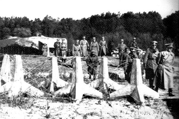 Na reprodukovanej snímke z 25.októbra 1938 je Adolf Hitler (vpravo) na inšpekcii vojenského bunkru BS 8 Hŕbitov na Kopčianskej ulici v Bratislave.
