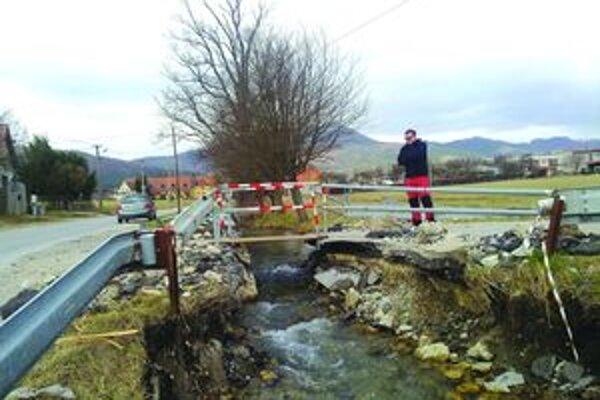 Len pre chodcov. Mostík museli Kláštorčania vo februári zbúrať, aby zabránili povodni.
