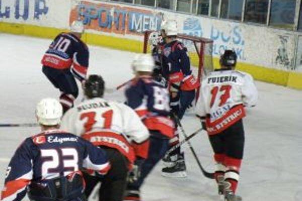 Hráči Pov. Bystrice (v bielom) v Trnave vymazali nulu z bodovej kolonky.